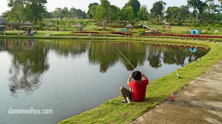 Aktivitas memancing di Poyotomo.