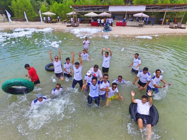 Bermain di kolam air asin Nipah Island Resort