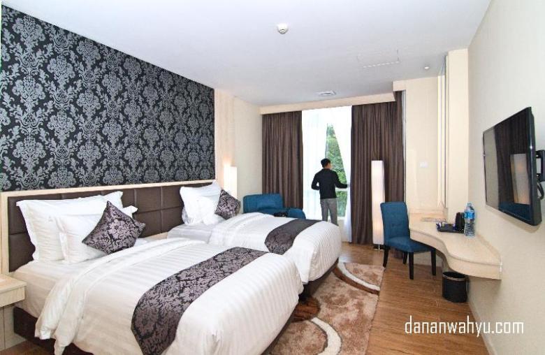 Kamar Aston Batam Hotel & Residence dengan ornamen batik Melayu di dinding