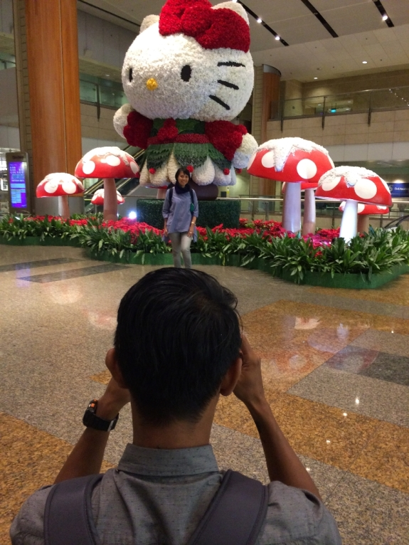 Berpose dulu di depan Hello Kitty