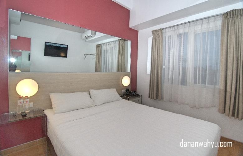 Desain kamar minimalis didominasi warna merah dan putih