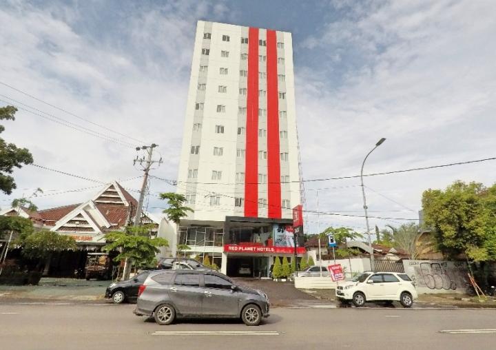 Berada di Jalan Dr Sam Ratulangi , Red Planet Makassar sangat startegis.