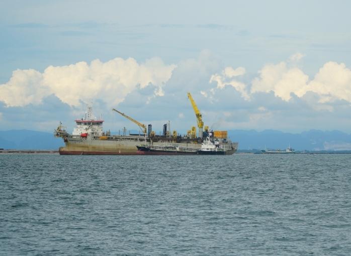 Aktivitas perkapalan di dekat pelabuhan kota Makassar