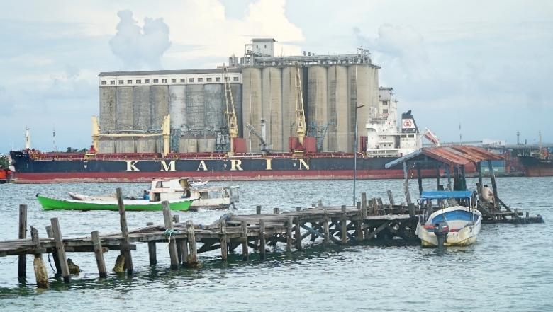 Dari pelantar pulau Kayangan terlihat pelabuhan dengan kapal besar.