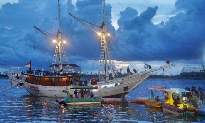 Kapal besar berlabuh di Losari