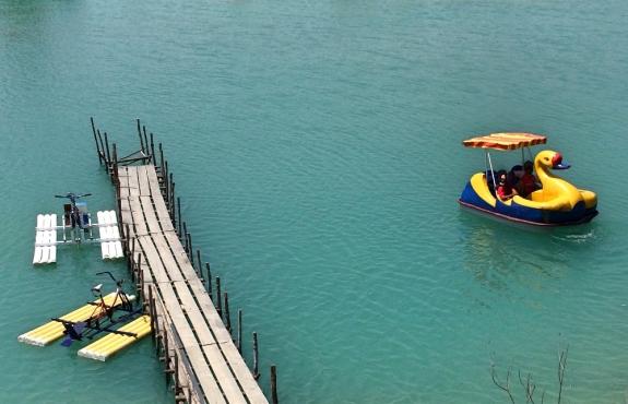 Bermain bebek-bebekan di danau biru