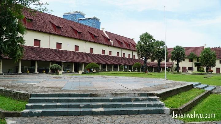 Bangunan bersejarah ini memiliki taman yang luas