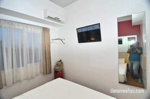 Kamar tanpa lemari tapi tetap nyaman.