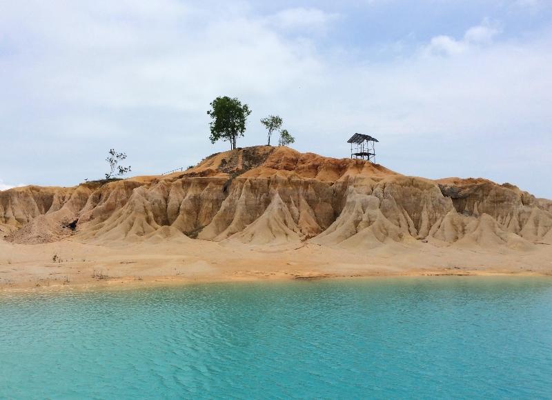 Danau biru dengan gugusan bukit pasir