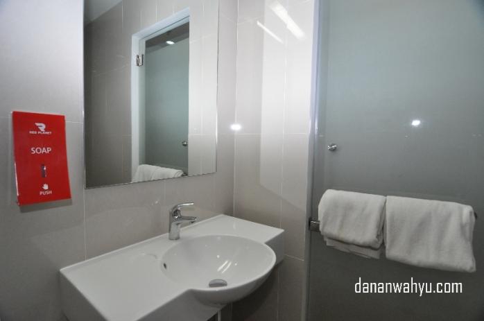 Tersedia handuk bersih dan sabun di kamar mandi