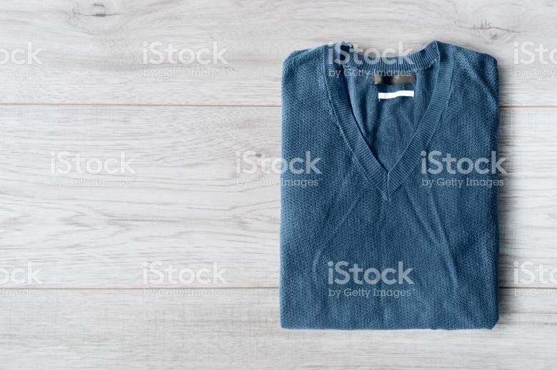 Sweater multingsi yang bisa dipakai saat nuansa formal dan non formal (www.istock.com).