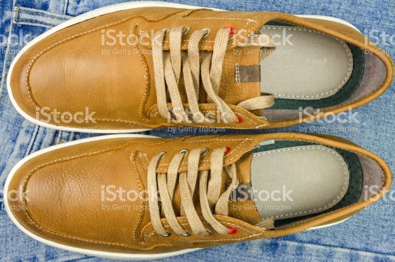 Sepatu kulit yang nyaman untuk traveling (www.istock.com).