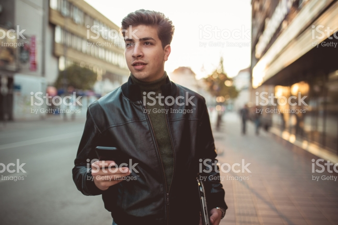 Jaket kulit selain fashionabel mampu melindungi dari panas maupun dingin (www.istock.com).