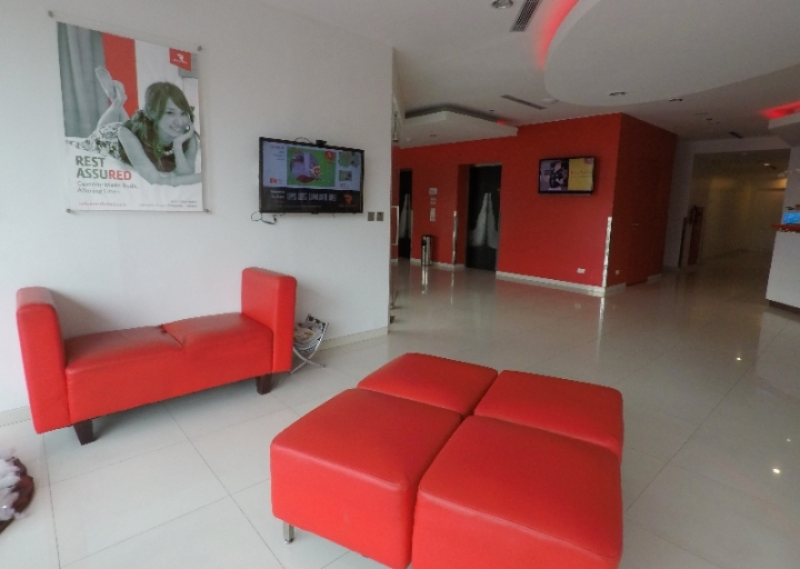 Lobi bernuansa merah putih Red Planet Hotel Makassar