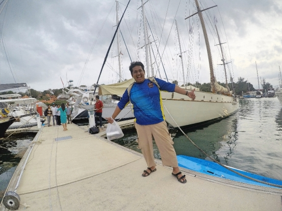 Berpose di depan yacht mewah Rona Circa.