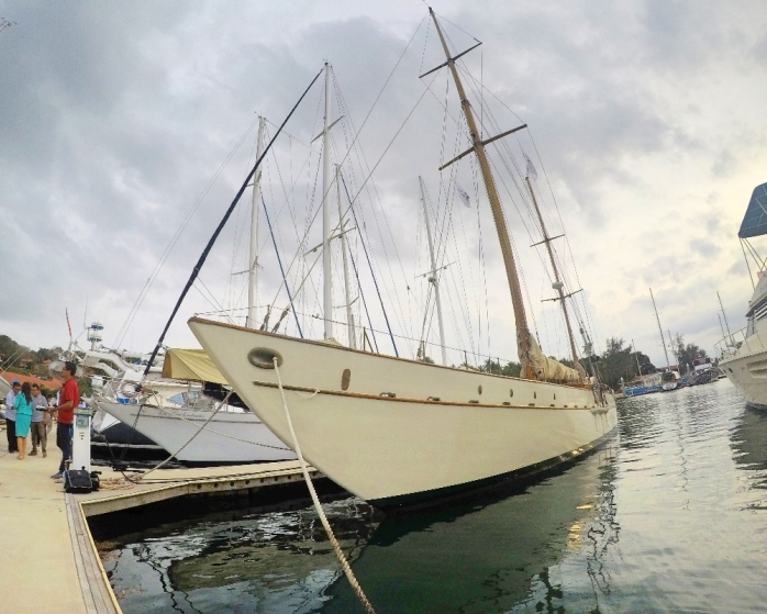 Yacht mewah Rona Cira bersandar di Nongsa Point Marina, Batam.