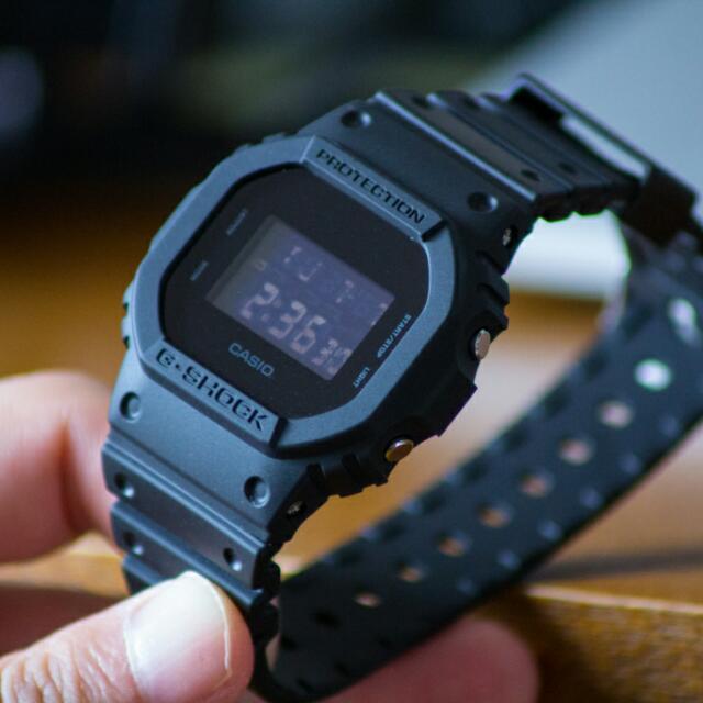 Casio G-SHOCK tipe DW-5600BB, arloji favorit saya ketika traveling.