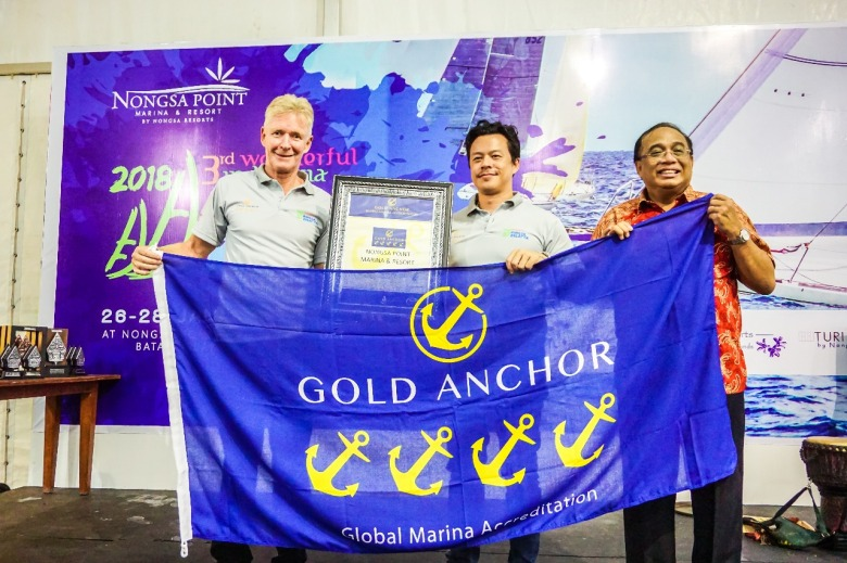 Penanugerahan 5 Gold Anchor dari Marina Industries Association yang diserahkan oleh Colin Bransgrove - Executive Officer dari Marina Industries Association kepada Mike Wiluan ( Presiden Direktur Nongsa Resorts ).
