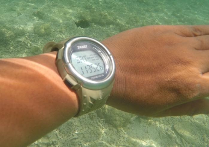 Salah satu koleksi arloji murah meriah, dikenakan saat snorkeling di perairan pulau Komodo.