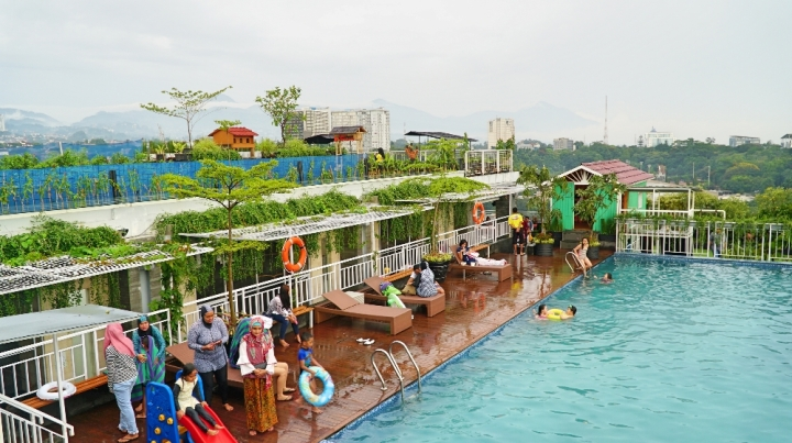 Kolam renang di rooftop North Tower Grand Tjokro Premiere Hotel Bandung.