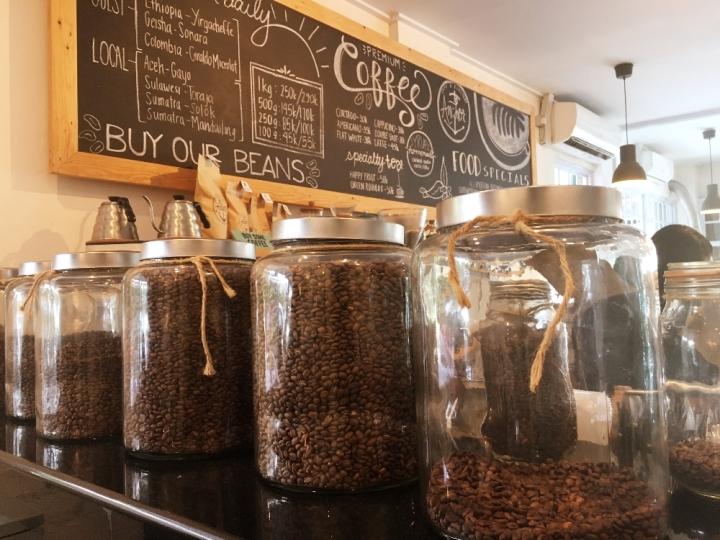 Koleksi kopinya sangat lengkap membuat pemuja kopi jatuh hati berkali-kali.
