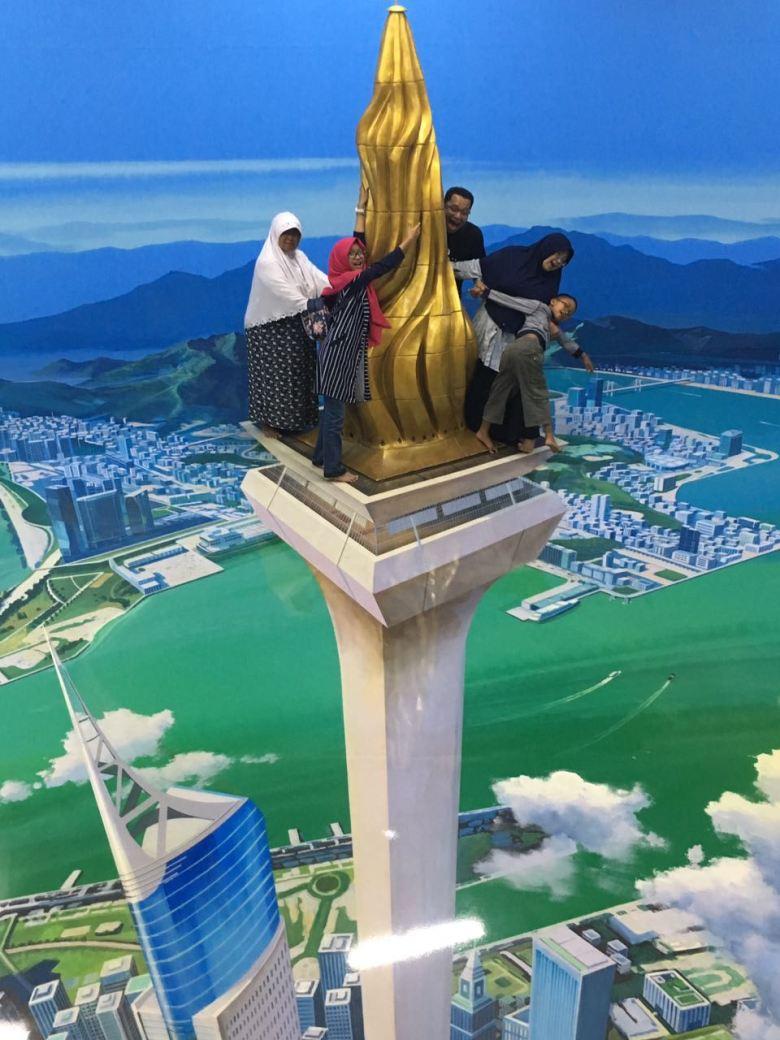 Ceritanya mau lihat kota Bandung dari atas Monas.