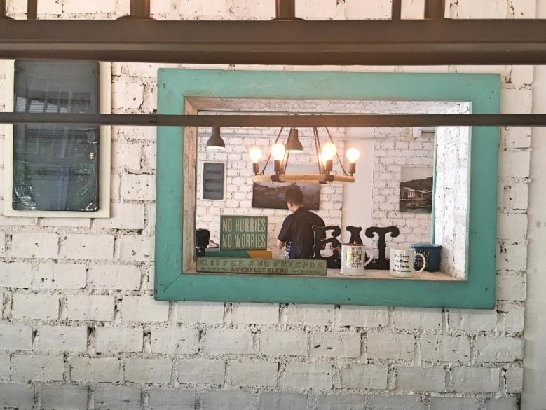 Anchor Cafe & Roastery bukan tempat ngopi biasa.