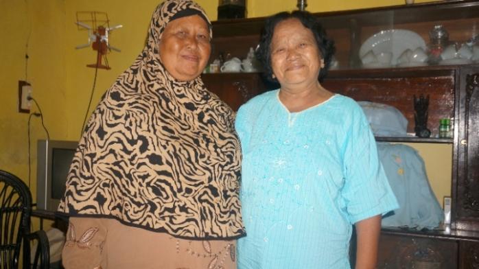 Ibu (kiri) dan teman sepermainannya Sutini (kanan)