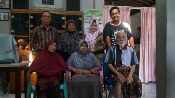 Berfoto dengan keluarga di Ponorogo.