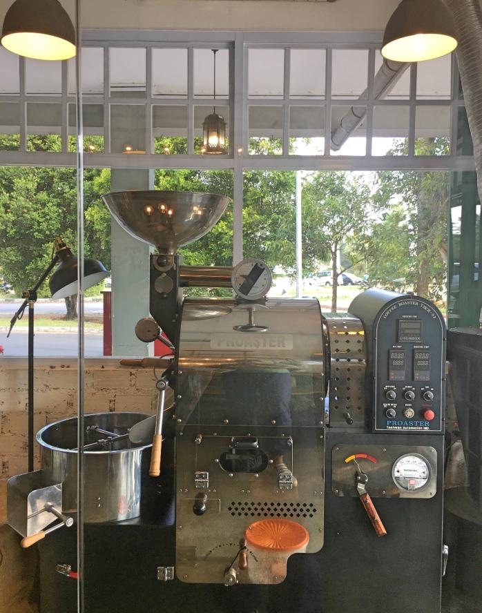 Mesin penyangrai kopi Proastery di bagian depan kafe.