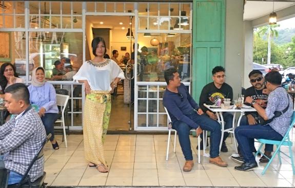Peragawati fashion show di antara pengunjung kafe