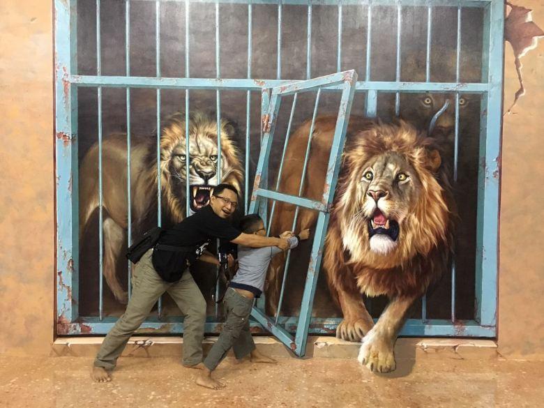 Nah lho singanya lepas, ayo kabur!!!