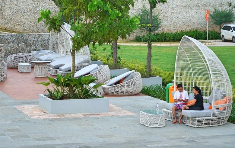 Sofa mager dan tempat instagramable seperti ini banyak banget tersebar di halaman resor