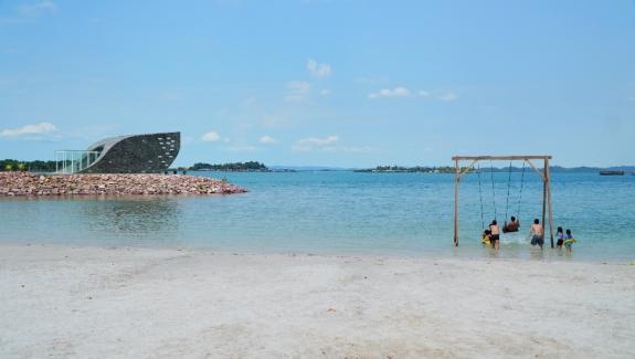 Bermain air dan ayunan di pantai