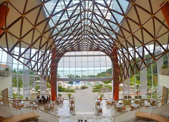 Lobby dengan ornamen langit-langit mirip tulang ikan