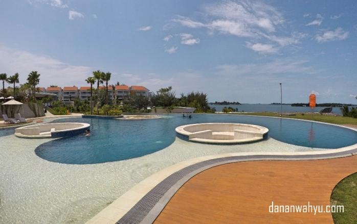Lagoon pool dengan pemandangan laut dan jacuzzi.