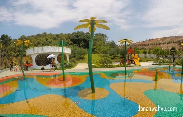 Water playground untuk yang mau main becek-becekan tanpa berenang.