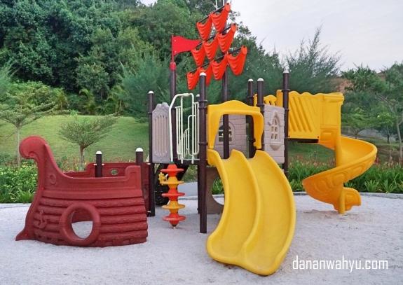 Taman bermain anak bentuk kapal bajak laut