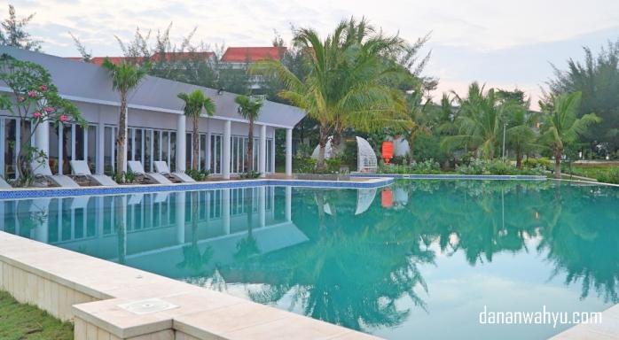 Infinity pool bagi yang ingin berenang namun terasa dekat pantai dan laut.