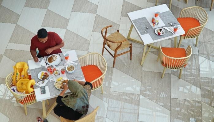 Menikmati sarapan bersama anggota keluarga.