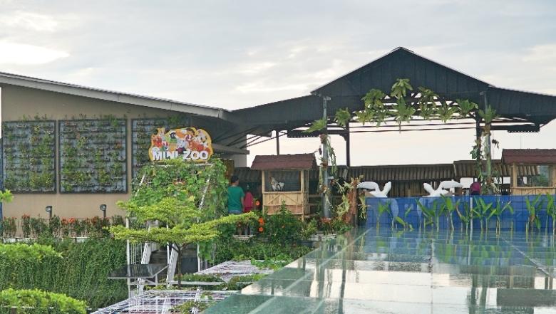 Mini Zoo di rooftop North Tower Grand Tjokro Premiere Hotel Bandung.