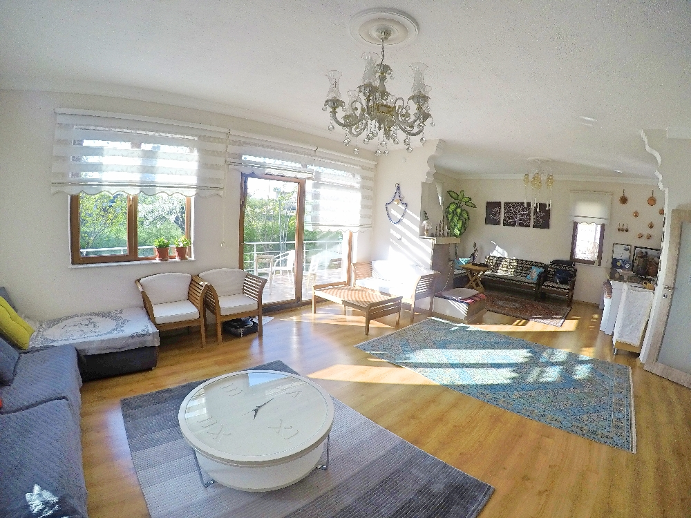 Lobi, ruang tamu dan ruang tengah yang dijadikan satu