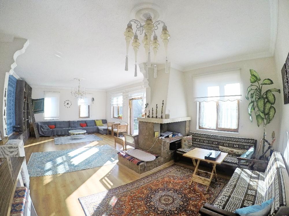 Meski menggunakan karpet Turki nuansa ruangan tidak terlalu Turki