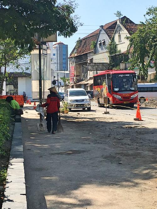 Bis wisata dan transportasi umum melintas di Kota Lama Semarang