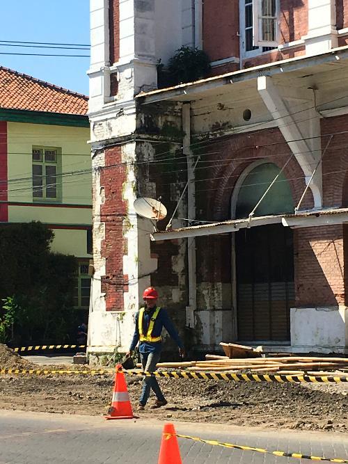 Proyek pekerjaan casing untuk menghilangkan kabel yang berseliweran di kota Lama Semarang.