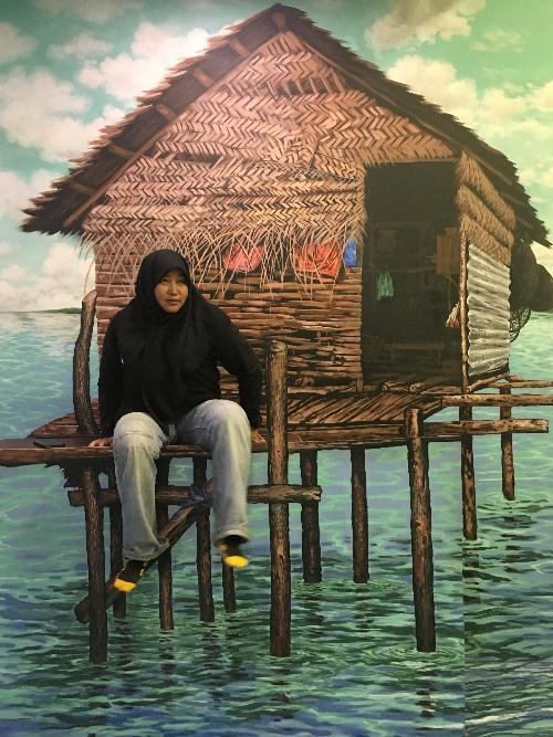 Perawatan ala travel blogger kepri duduk dikelong berharap air laut pasang membasuh kaki.