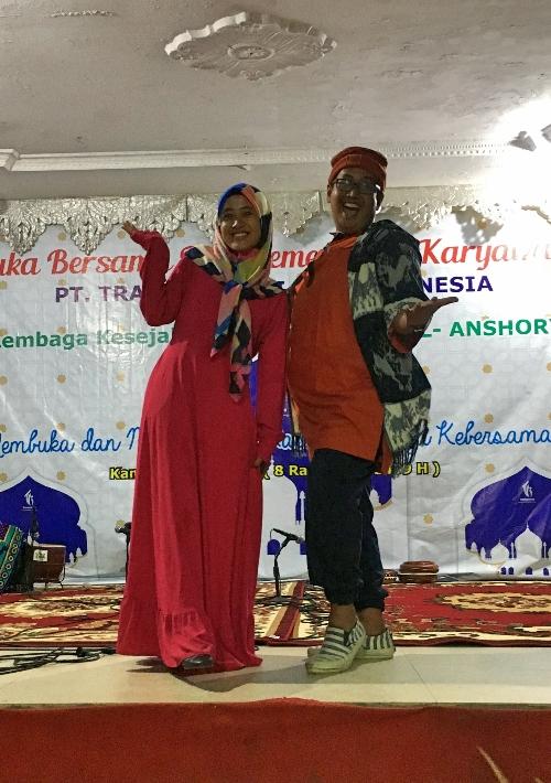 Pakaian di panggung dengan warna warna berani