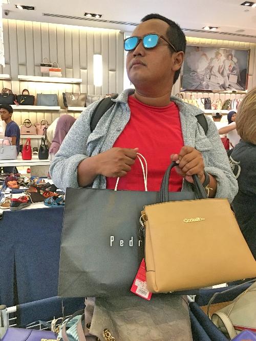 Kalau cuma belanja satu tas nggak murah-murah amat, makanya diborong.