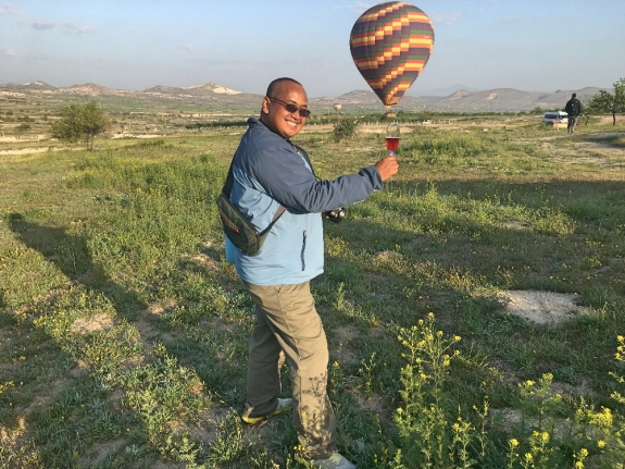 merayakan hari yang cerah di Cappadocia
