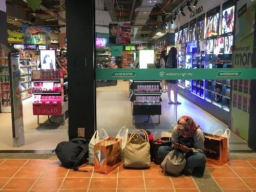 Sibuk cek orderan ngemper dulu di depan toko